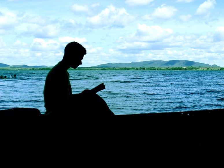 lendo-na-canoa (1)